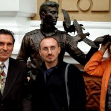 У памятника Гоцману с писателями Владимиром Ключинским и Татьяной Вечирко
